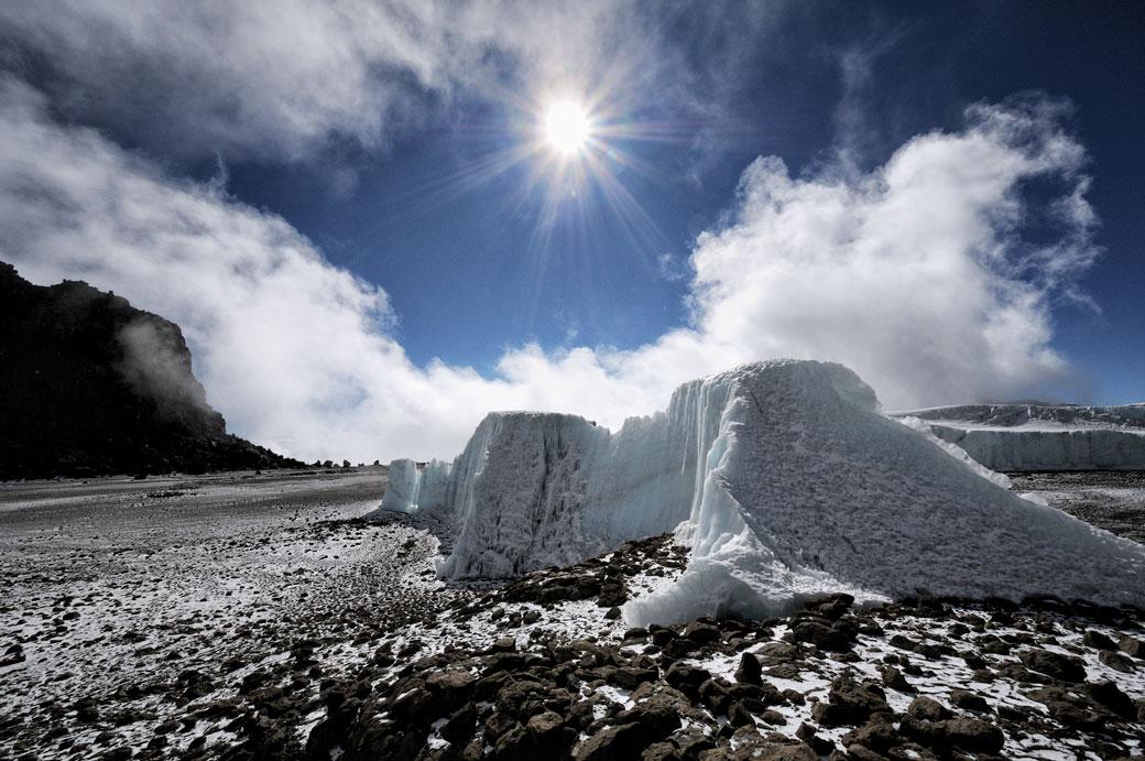 Soleil et nuages au-dessus du glacier Furtwängler sur le Kilimandjaro