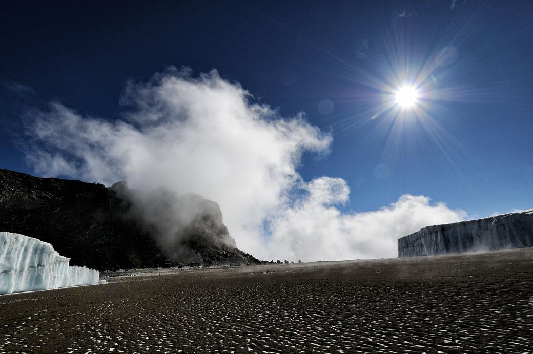 Soleil, nuages et glacier près du sommet du Kilimandjaro, Tanzanie