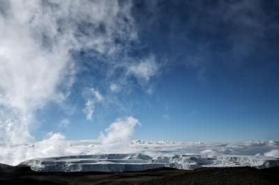 Nuages et champ de glace Nord près du sommet du Kilimandjaro