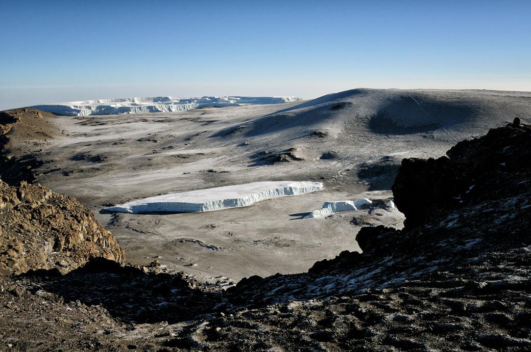 Glaciers et cratère près du sommet du Kilimandjaro, Tanzanie