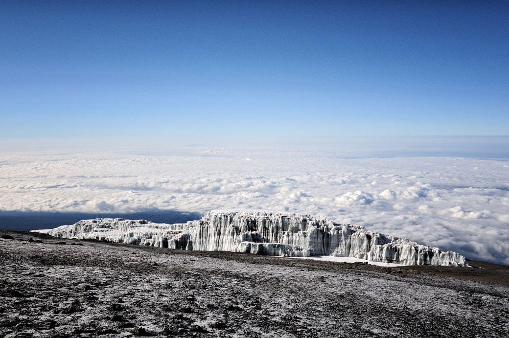 Champ de glace Sud et nuages près du sommet du Kilimandjaro