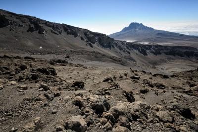 Vue sur le mont Mawenzi lors de la descente du Kilimandjaro, Tanzanie