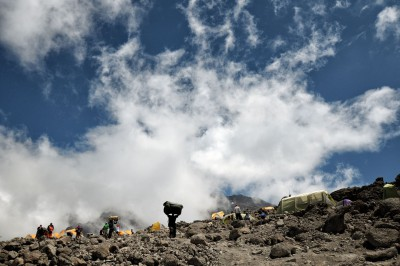 Porteur au camp de Barafu sur le Kilimandjaro, Tanzanie