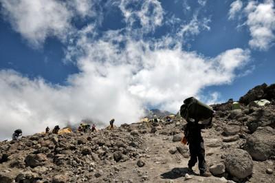 Porteur et nuages au camp de Barafu sur le Kilimandjaro, Tanzanie