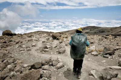 Descente du porteur Godfrey par la voie Mweka au Kilimandjaro, Tanzanie
