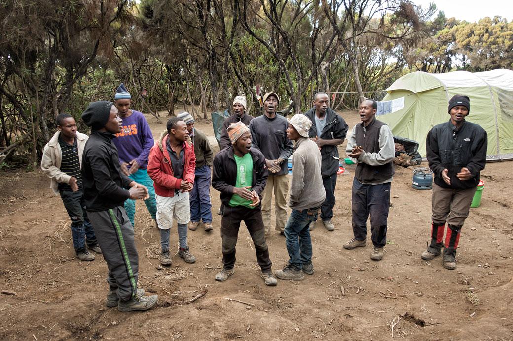 Chanson des porteurs du Kilimandjaro à Mweka camp, Tanzanie