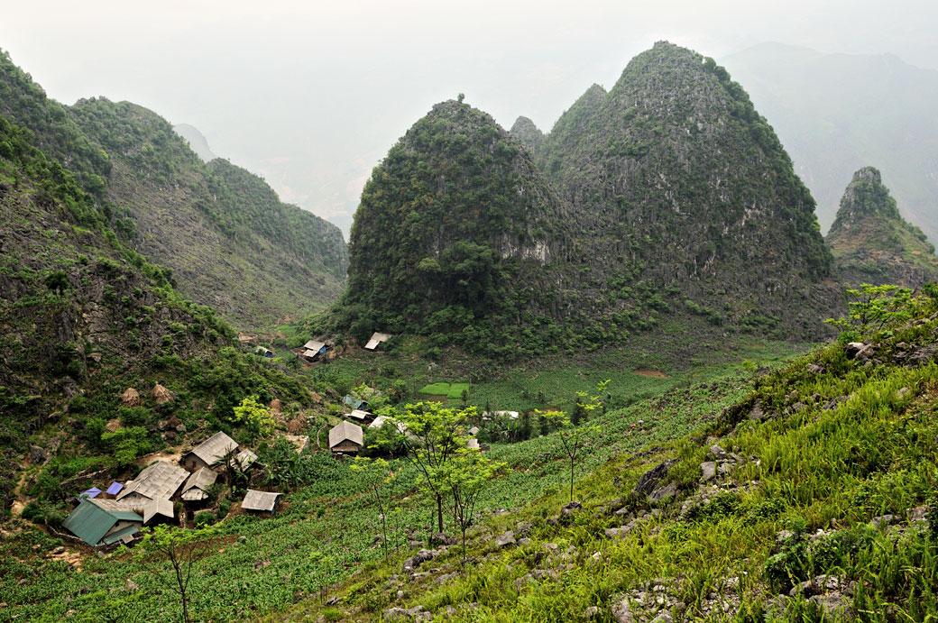 Village et montagnes entre Dong Van et Meo Vac, Vietnam