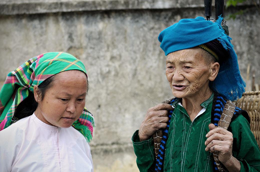 Deux femmes discutent au marché de Meo Vac, Vietnam