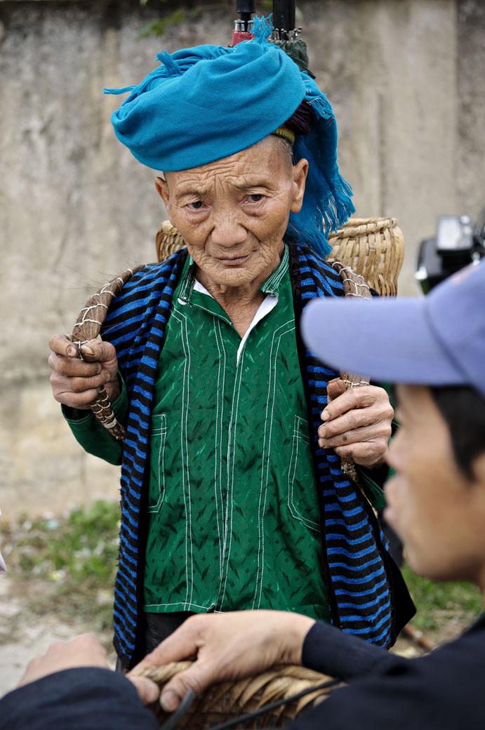 Vieille femme issue d'une minorité ethnique au marché de Meo Vac, Vietnam