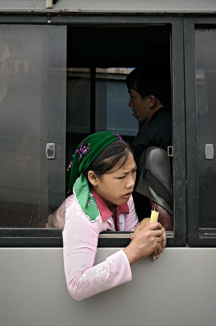 Jeune femme à la fenêtre d'un bus au marché de Meo Vac, Vietnam