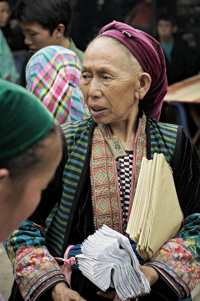 Femme âgée issue d'une minorité ethnique au marché de Meo Vac, Vietnam