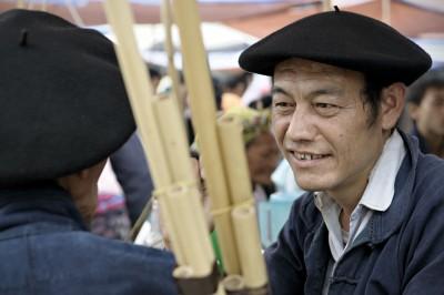 Hommes portant des bérets basques qui discutent au marché de Meo Vac, Vietnam