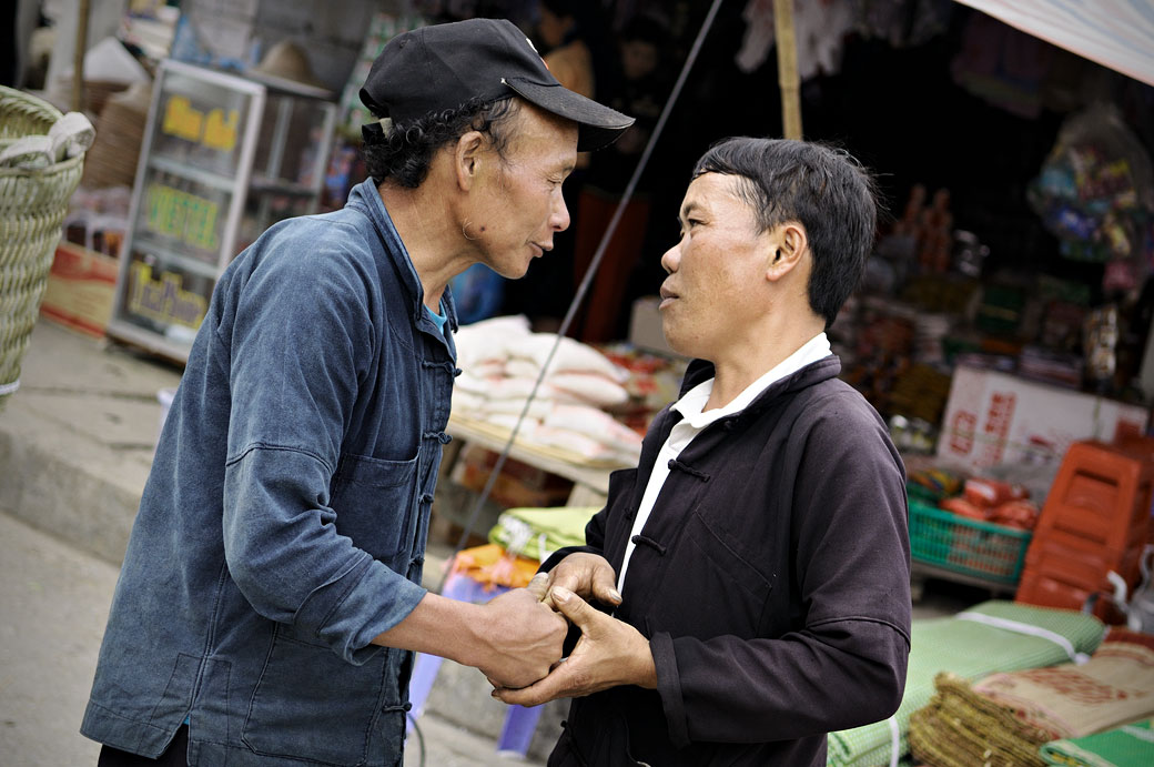 Deux hommes discutent au marché de Meo Vac, Vietnam