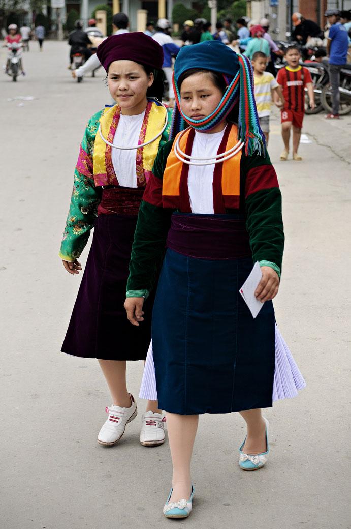Jeunes femmes avec des vêtements traditionnels au marché de Meo Vac