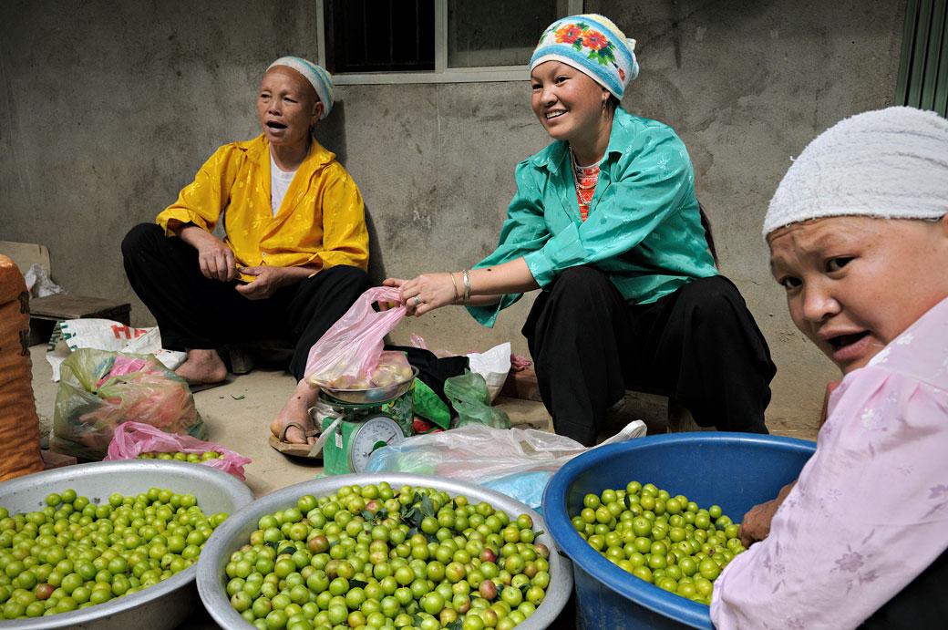 Trois femmes qui vendent des fruits, Vietnam