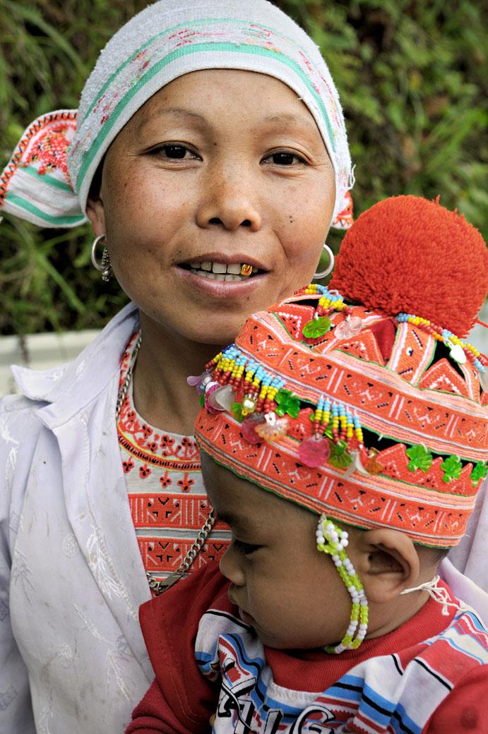 Femme avec une dent en or et son bébé, Vietnam