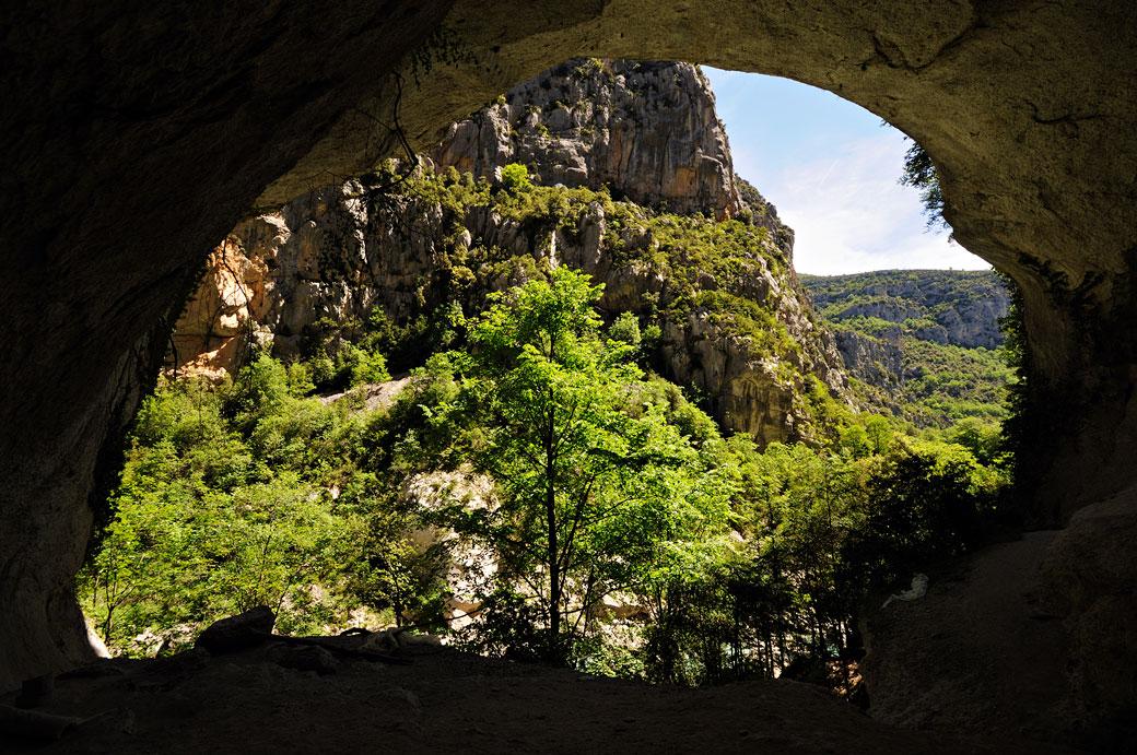 Grotte dans les Gorges du Verdon le long du sentier de l'Imbut, France