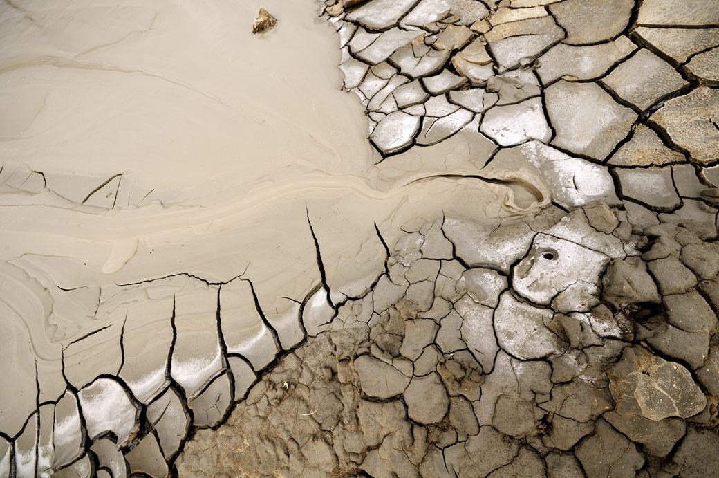 Boue fluide d'un petit volcan d'Aragona en Sicile, Italie