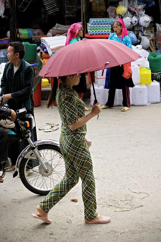 Jeune femme avec une ombrelle au marché de Meo Vac, Vietnam