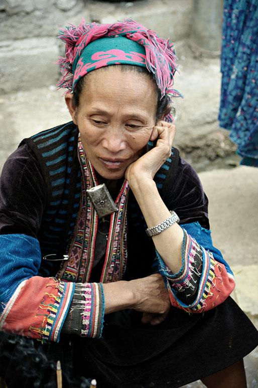 Femme assise au marché de Meo Vac, Vietnam