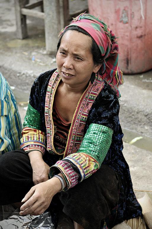 Femme au marché de Meo Vac en habit traditionnel, Vietnam
