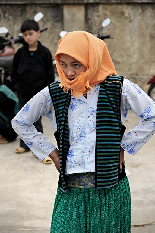 Jeune femme avec un foulard au marché de Meo Vac, Vietnam