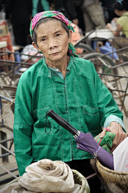 Femme pensive au marché de Meo Vac, Vietnam