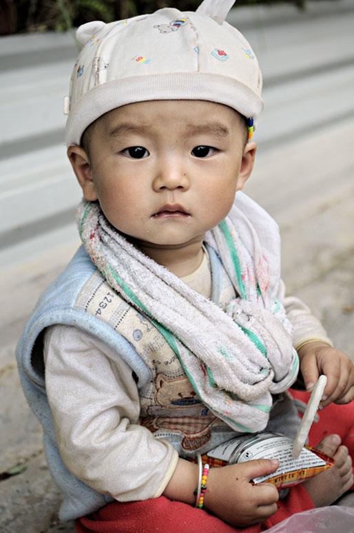 Bébé garçon assis au nord du pays, Vietnam