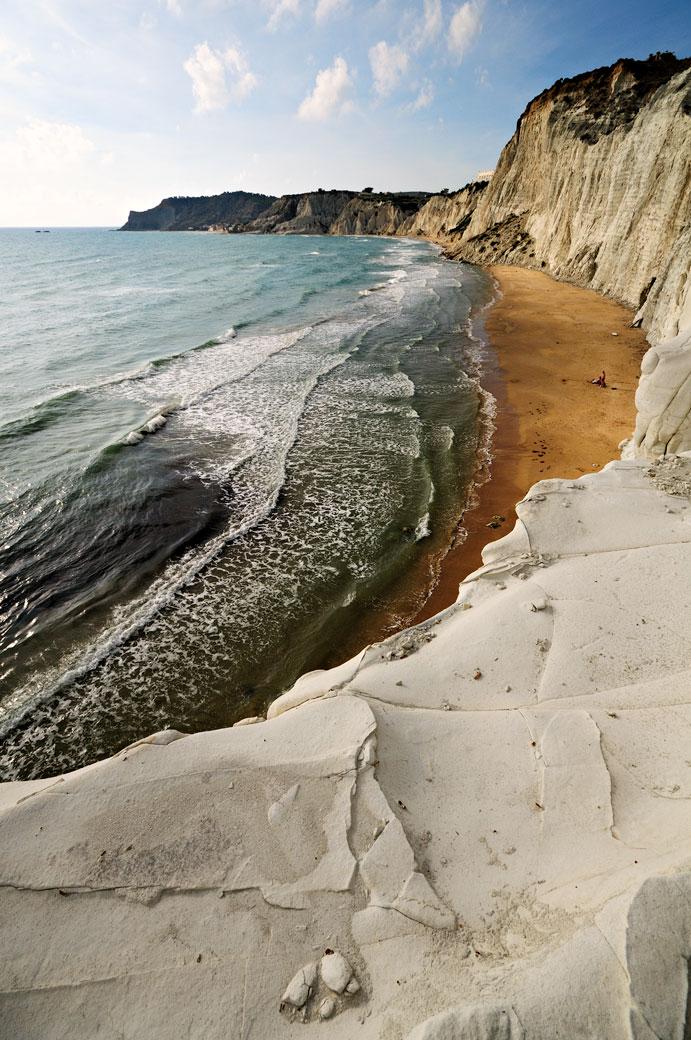 Plage près des falaises de la Scala dei Turchi en Sicile, Italie