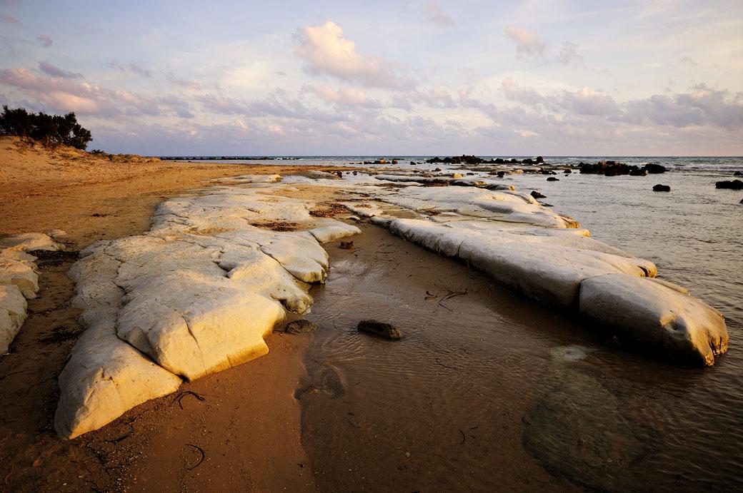 Plage et rochers près de Realmonte en Sicile, Italie