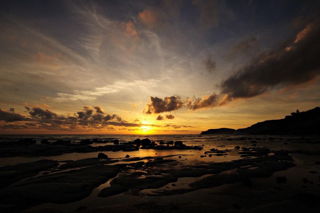 Coucher de soleil sur une plage de Sicile, Italie