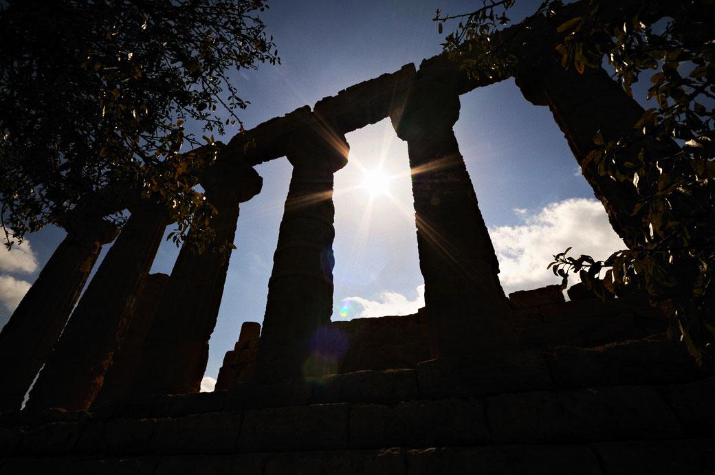 Silhouette du temple d'Héra à contre-jour en Sicile, Italie