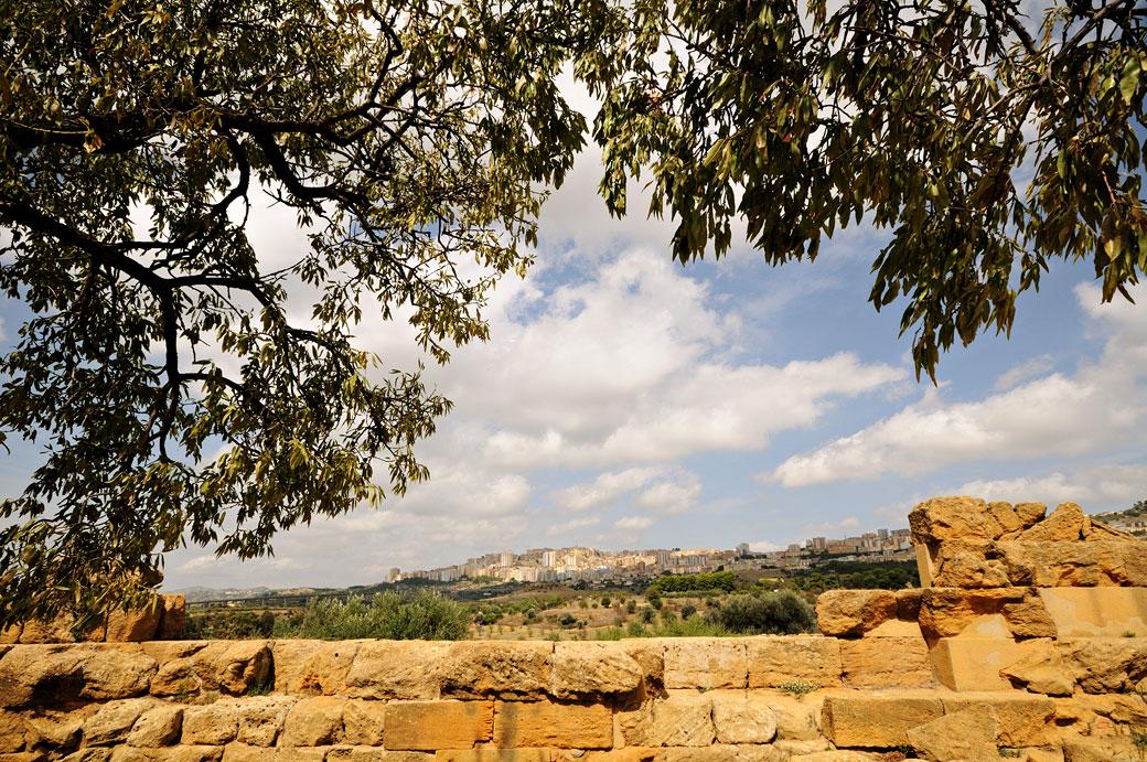 Vue sur Agrigente depuis la Vallée des Temples en Sicile, Italie