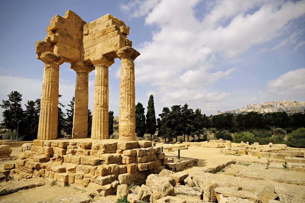 Le temple des Dioscures et la ville d'Agrigente en Sicile, Italie