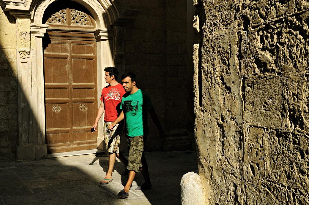 Porte et passants dans la vieille ville de Mdina, Malte