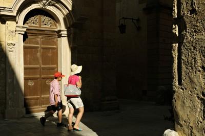 Porte et passants dans la ville médiévale de Mdina, Malte