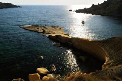 Contre-jour et bateau dans la sauvage Gnejna Bay. Malte