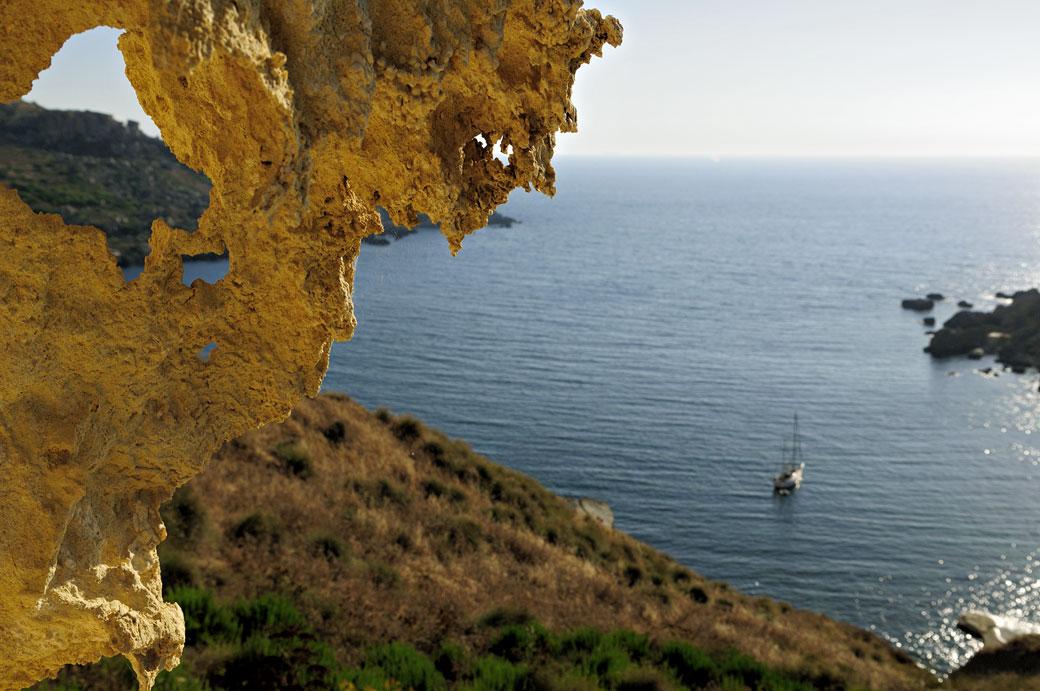 Bateau isolé à Gnejna Bay, Malte
