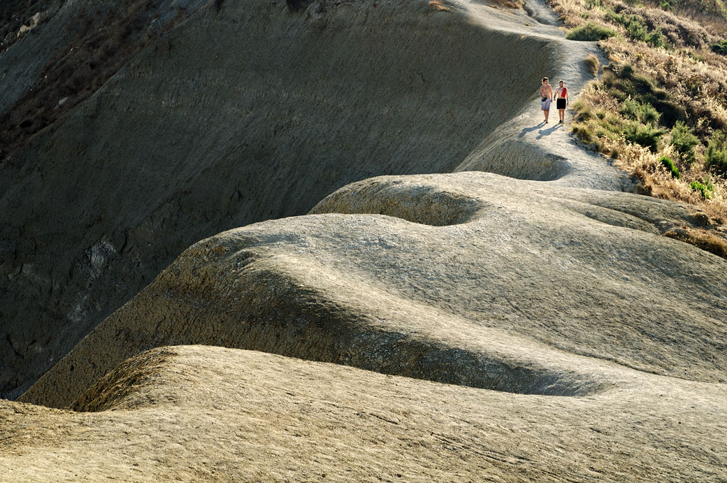 Jeunes hommes sur les falaises d'argile de Gnejna Bay, Malte