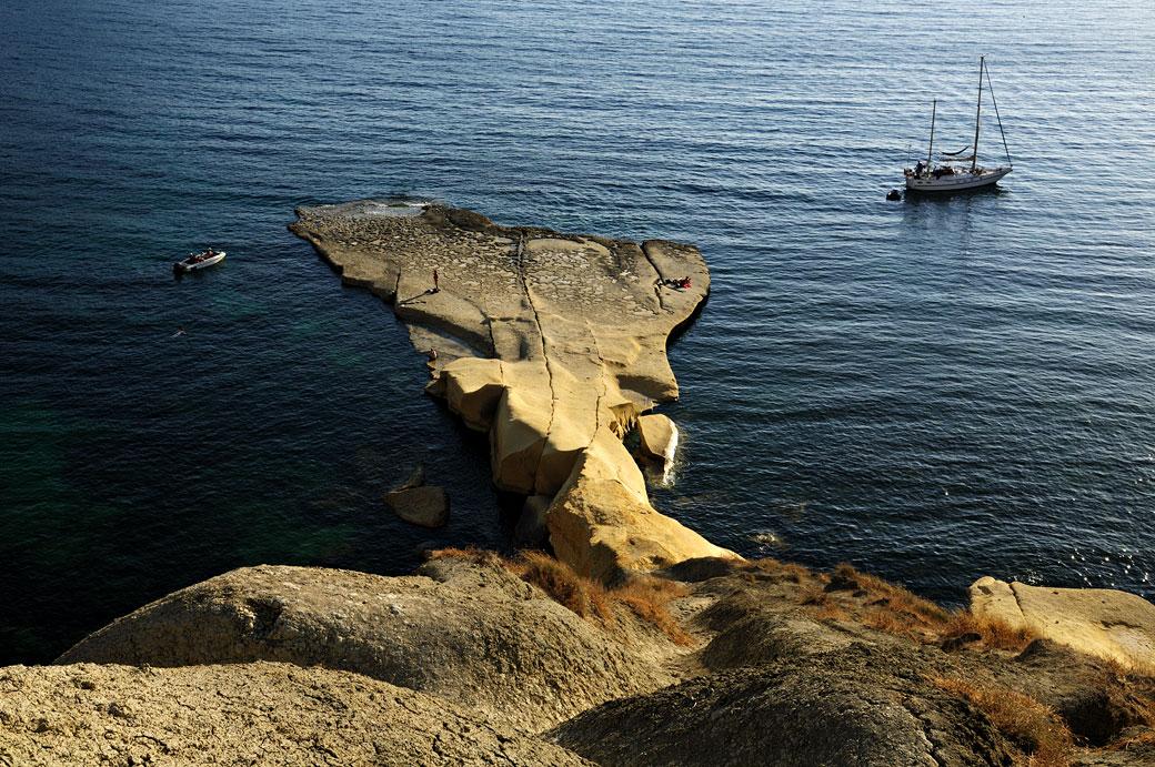 Bateau mouillant à Gnejna Bay, Malte