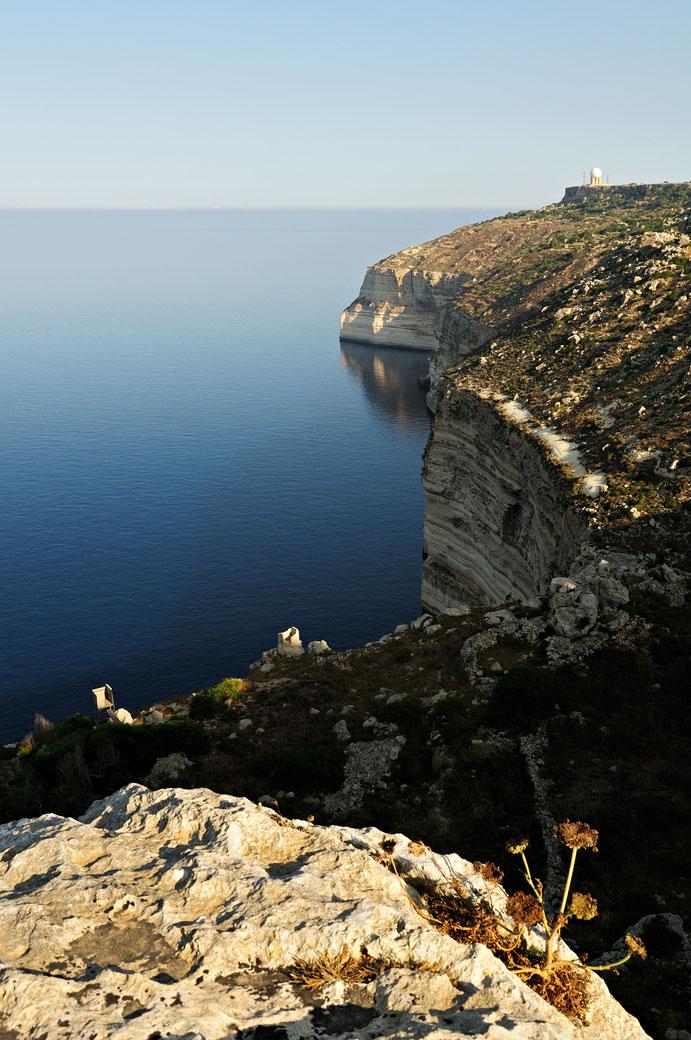 Mer calme et falaises de Dingli, Malte