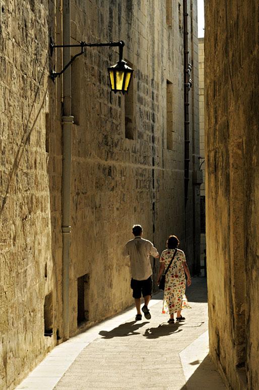 Couple dans une ruelle de la vieille ville de Mdina, Malte