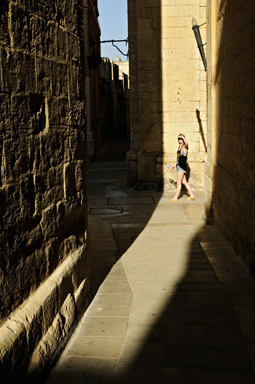 Jeune femme dans les ruelles de Mdina, Malte