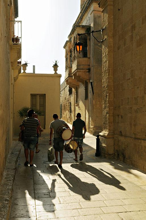 Jeunes hommes dans une ruelle de Mdina, Malte