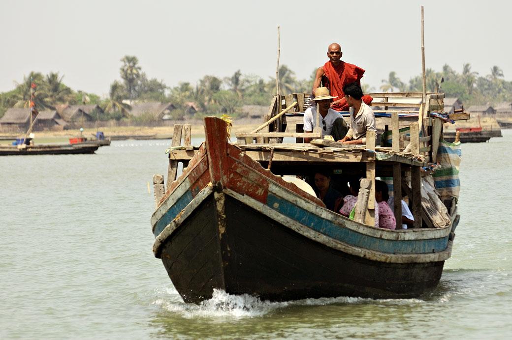 Moine sur un bateau sur la rivière Kaladan dans l'état Arakan
