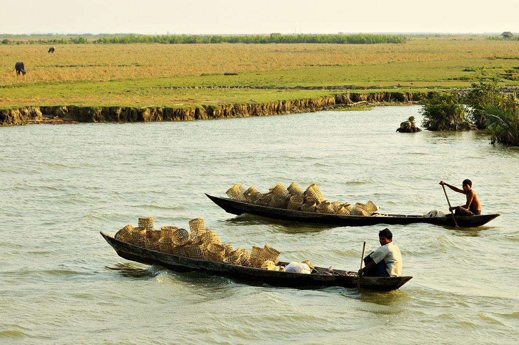Transport de paniers sur de petits bateaux dans l'état Arakan, Birmanie