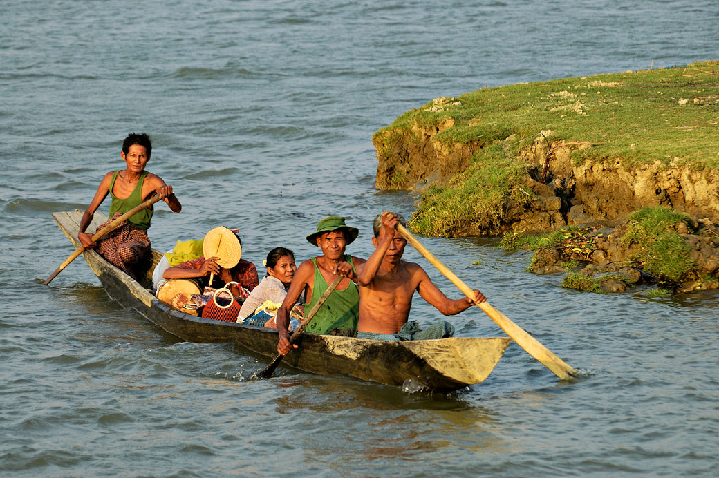 Transport de personnes sur un petit bateau en bois, Birmanie