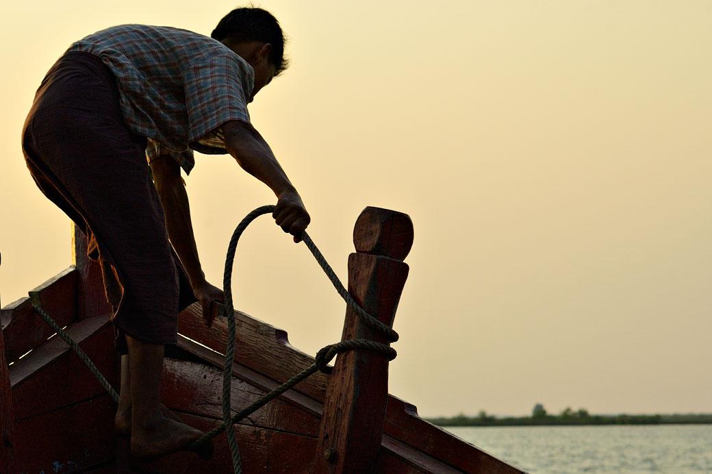 Matelot manipulant une corde sur un bateau, Birmanie