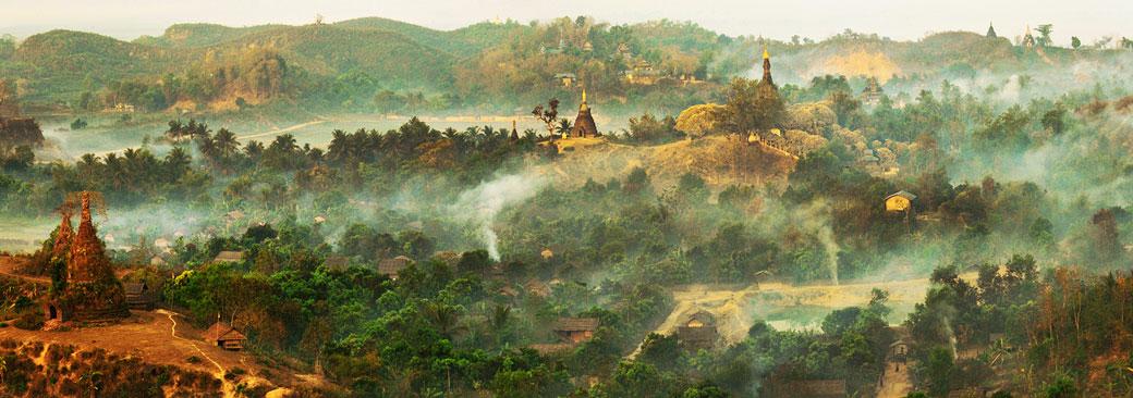 Panorama sur la cité perdue de Mrauk U au petit matin, Birmanie