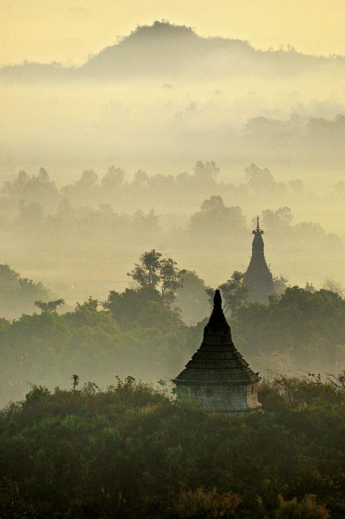Brume et pagodes de Mrauk U à l'aube, Birmanie